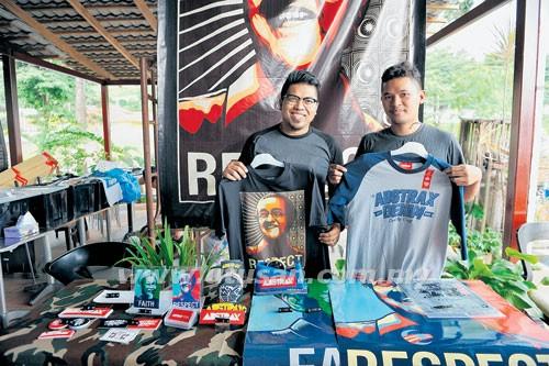 Dr. Faiz dan Fahmi Fabilah memegang produk yang terlaris di booth ABSTRAX™.